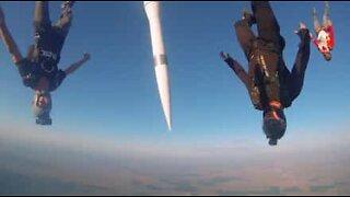 Paraquedistas saltam com com míssil