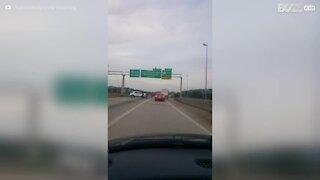 Alabama: uomo in costume si arrampica sul cartello stradale in autostrada
