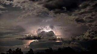 Tordenvær lyser opp den australske himmelen