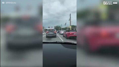 Quase acidente resulta em discussão no trânsito