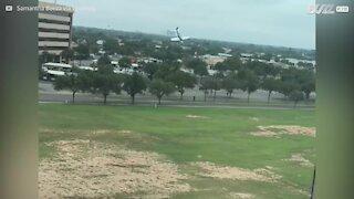 L'aereo utilizza un paracadute per l'atterraggio d'emergenza