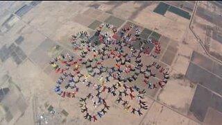 217 skydivers saltam em conjunto e quebram recorde mundial