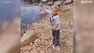 Deixar uma criança jogar uma pedra não é boa ideia