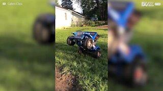 Menino de 2 anos faz cavalinho com carro de brincar
