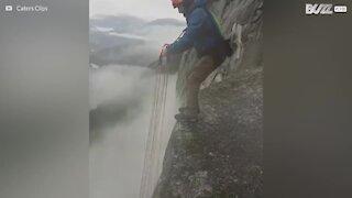 Våghals utfører utrolig salto med fallskjerm