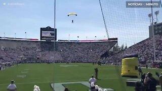 Paraquedista pousa de forma desastrosa em estádio de futebol