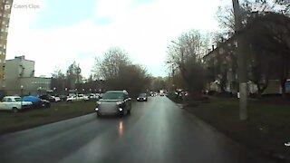 Atropelamento assustador é filmado por câmara de carro