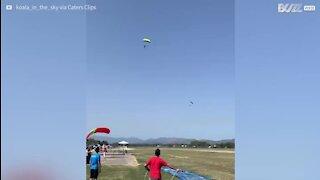 Un parachutiste atterrit sur un Slip 'N Slide