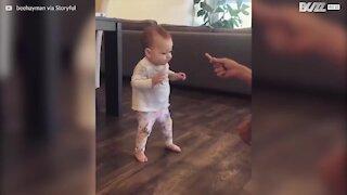 Les premiers pas de ce bébé pour une frite