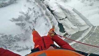 Incrível salto sobre barragem congelada nos Alpes Franceses