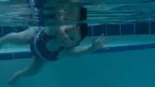 Un bébé nage comme les grands