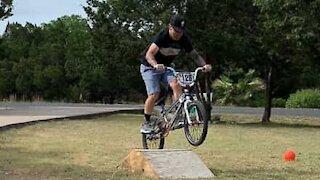 Ciclista falha salto de bicicleta com muito estilo!