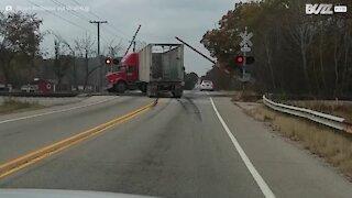 Incidente shock: treno distrugge camion sul passaggio a livello