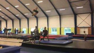 Jovem executa quadruplo salto mortal num mini trampolim