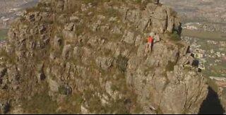 Dronefoto av en atlet som løper over Table Mountain