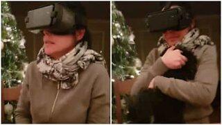 Skremt mor prøver virtuell virkelighet-headset for første gang