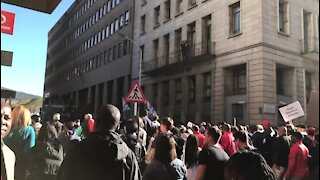 Thousands take to streets in Cape Town to call for removal of Zuma (QBu)