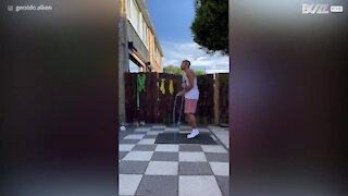 Homem mostra habilidades incríveis para pular corda