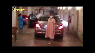 Kareena Kapoor Khan Snapped Outside her House in Bandra   SpotboyE