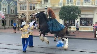 Balão assusta cavalo durante mini desfile no Walt Disney World