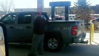 On oublie tous de quel côté le réservoir d'essence se trouve !