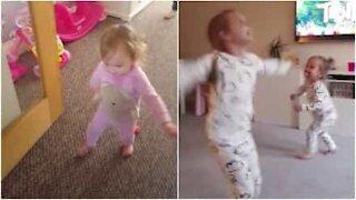 Aiuta la sorellina a muovere i primi passi