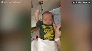 Após 3 cirurgias, bebê com doença rara mostra muque para mãe