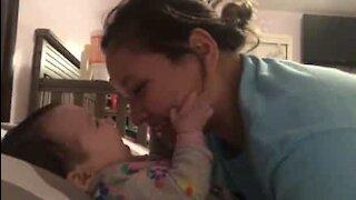 Denne 4 måneder gamle babyen sier 'mamma' for første gang!