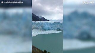 une partie de glacier se détache en Patagonie
