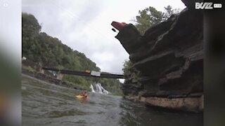 Incredibile salto mortale in kayak