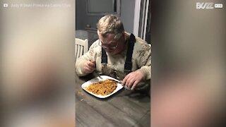 Cet homme mange ses spaghettis avec des ciseaux