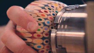 Talentfull artist lager en bolle ut av 198 fargeblyanter