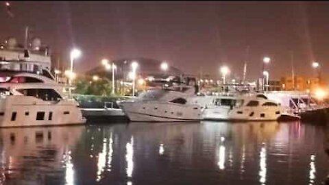 En stor båt blir stjålet fra en marina og kolliderer med flere andre båter