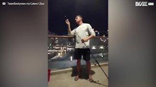 En confinement, il parvient à pêcher depuis son balcon !