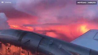Impressionante pôr do sol é registrado de aeronave durante tempestade