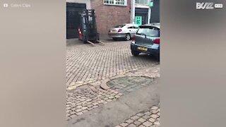 Gaffeltruck tauer bil på en veldig rar måte