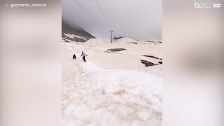 Un snowboardeur tombe deux fois essayant de réussir un saut impressionnant