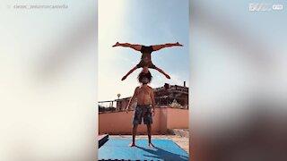 Ces acrobates partagent tout, même les lunettes de soleil
