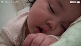 Bedårende søvnig baby kan ikke slutte å smile