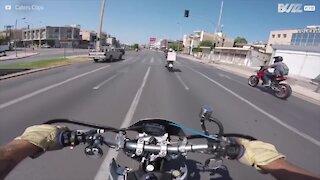 Donna senza casco ha un incidente in moto