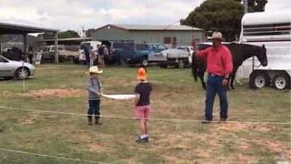 Cowboy demonstrerer fantastisk ferdighet med pisk