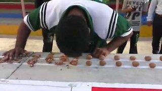 Record mondiale: rompe 247 noci con la fronte!