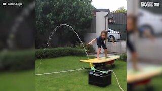 Menino pratica surf em casa!