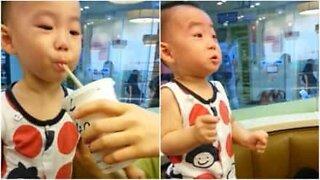 Pojke testar dricka läsk för första gången
