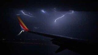 Skremmende tordenvær hindrer fly i å lande