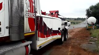 SOUTH AFRICA - Johannesburg - Tanker recovery on highway (Video) (3GK)