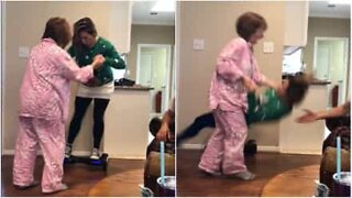 Mãe tenta usar hoverboard do filho!