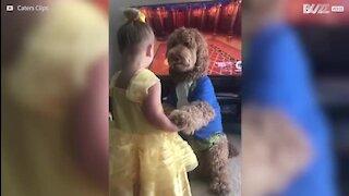 Une fillette rejoue Disney avec son chien