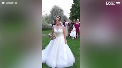 Pedido de casamento feito num casamento de família