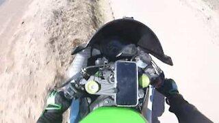 Motociclista perde il controllo della moto andando fuori strada